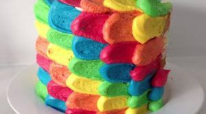 decora-una-tarta-arcoiris-en-3-minutos