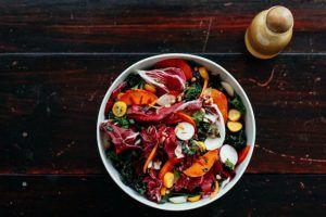 ensalada-de-hojas-coles-y-citricos-con-crocante-de-pinones-1