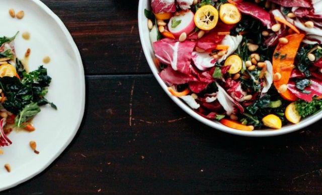 ensalada-de-hojas-coles-y-citricos-con-crocante-de-pinones-3