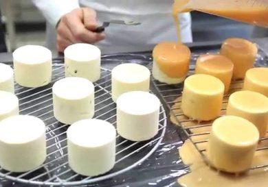 repostero-profesional-preparando-una-mesa-dulce