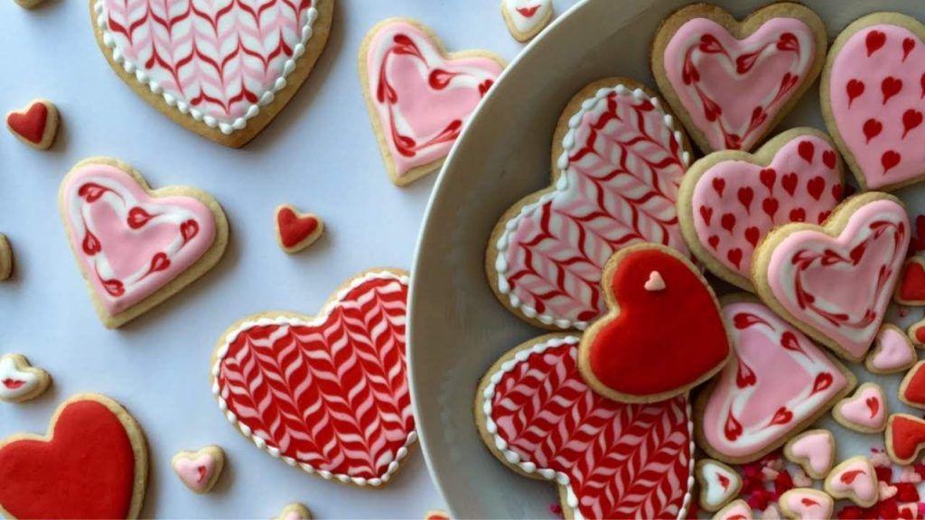 como-decorar-galletas-en-forma-de-corazon-con-glasa-real