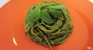 espaguetis-verdes-con-pesto-de-albahaca