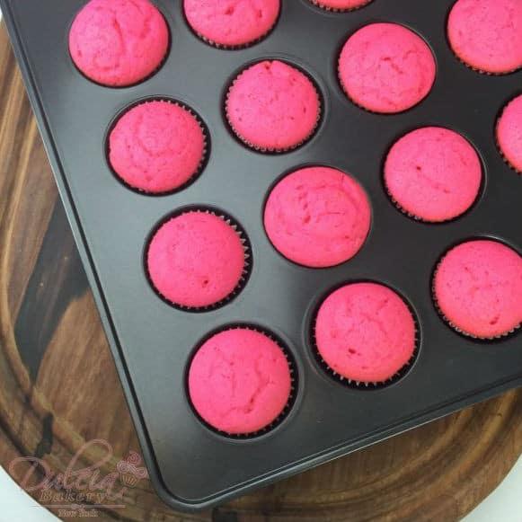 pink-velvet-cupcakes-con-rosas-de-glasa-real