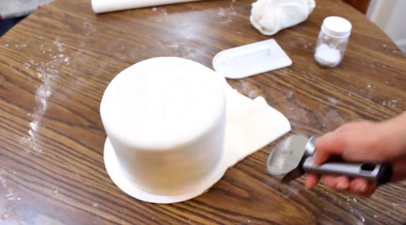 como-nivelar-una-torta-y-cubrirla-con-ganache-y-fondant