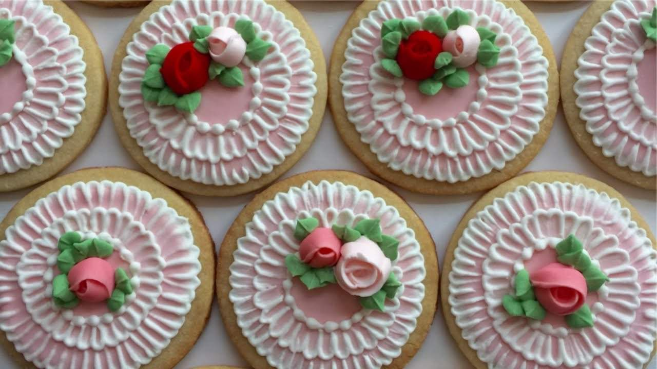 galletas-con-rosas-de-glase-real-y-bordado-de-cepillo