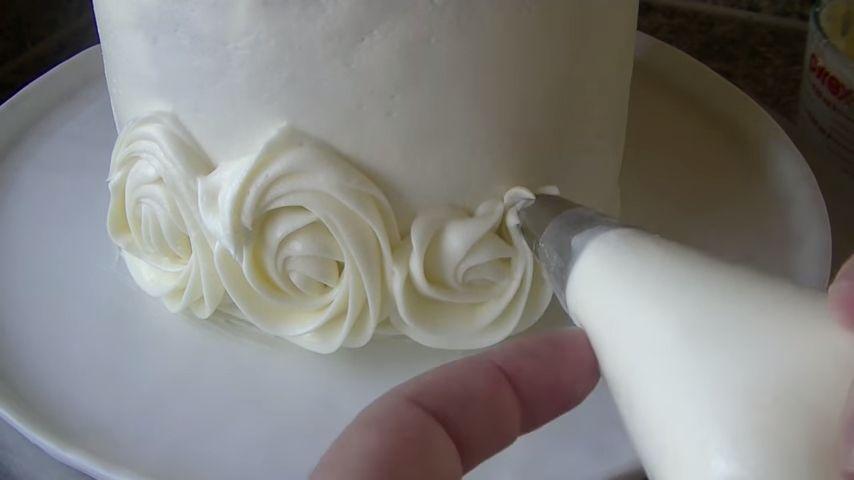 Cómo Forrar Una Torta Con Rosas De Crema Muy Fácil
