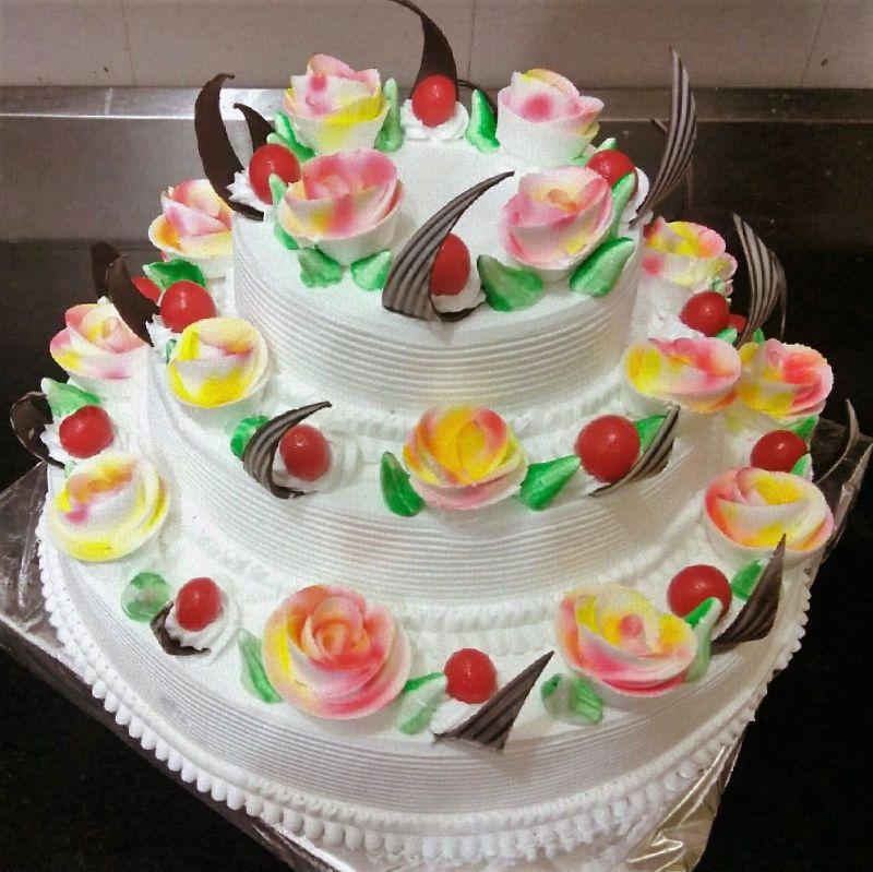 impactante-repostera-profesional-montando-y-decorando-torta-de-tres-pisos