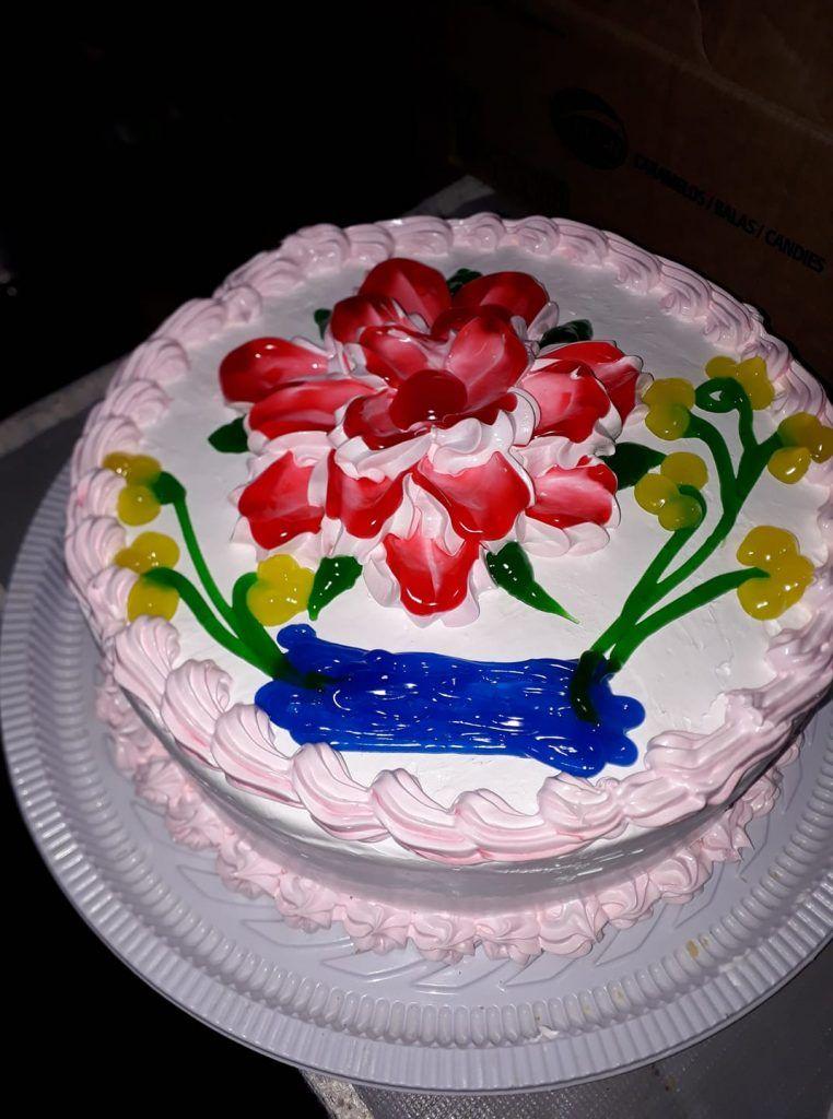 Tarta decorada con crema chantilly con flores pintadas por Cándido Gonzalez
