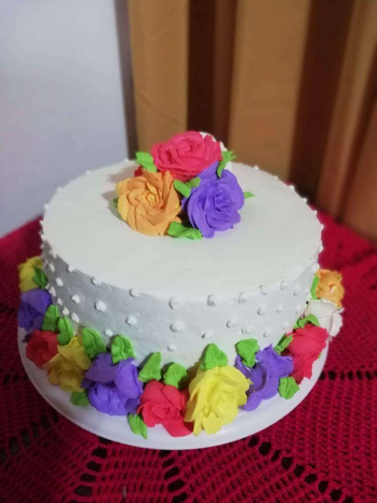 Torta con rosas en crema chantilly por María Aguilera