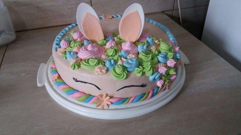 Torta decorada con crema chantilly conejo de pascuas por Petrna Romero