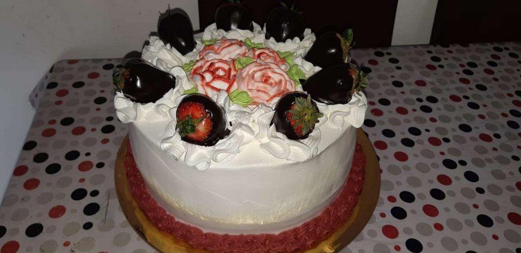Torta decorada con crema chantilly y frutillas bañadas en chocolate por Angie Castillo Tobar