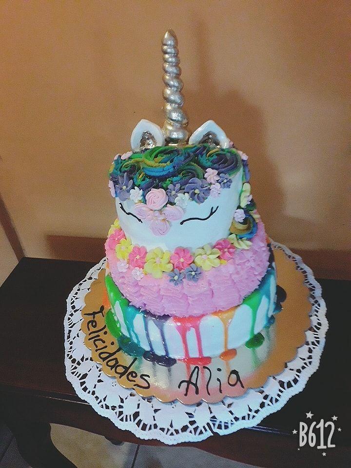 Torta unicornio de tres pisos combinación de varias técnicas de repostería por Miriam A Davila Bandon