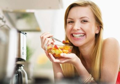 Uchuva mujer comiendo